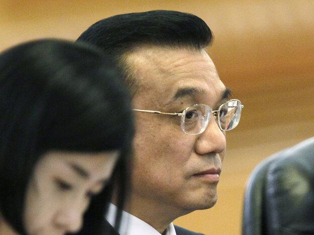 Chinese Premier Li Keqiang (right) listens to Singapore's Prim