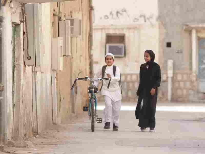 Wadjda (Waad Mohammed) wants a bicycle to race her friend Abdullah (Abdullrahman Al Gohani).