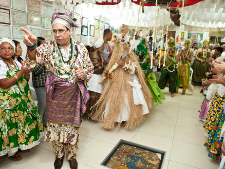 Candomblé prêtre Pai Nelson guides gens qui sont possédés par Orixas ou esprits de divinités, de retour à un temple Sao Paulo, après ils ont changé en costumes Orixá.