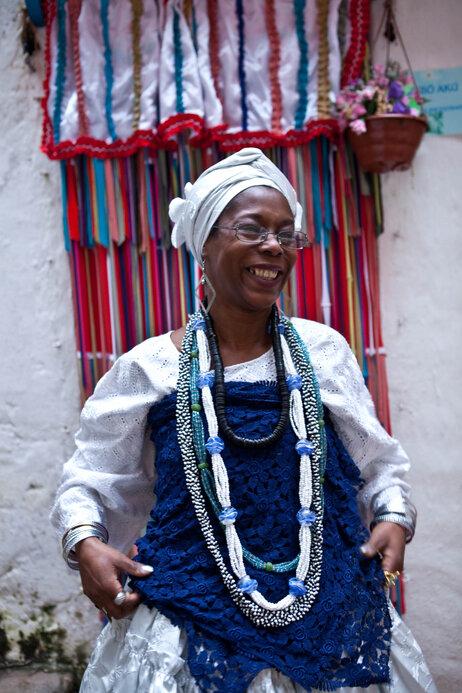Un praticien Candomblé se prépare pour la fête à l'extérieur du temple.