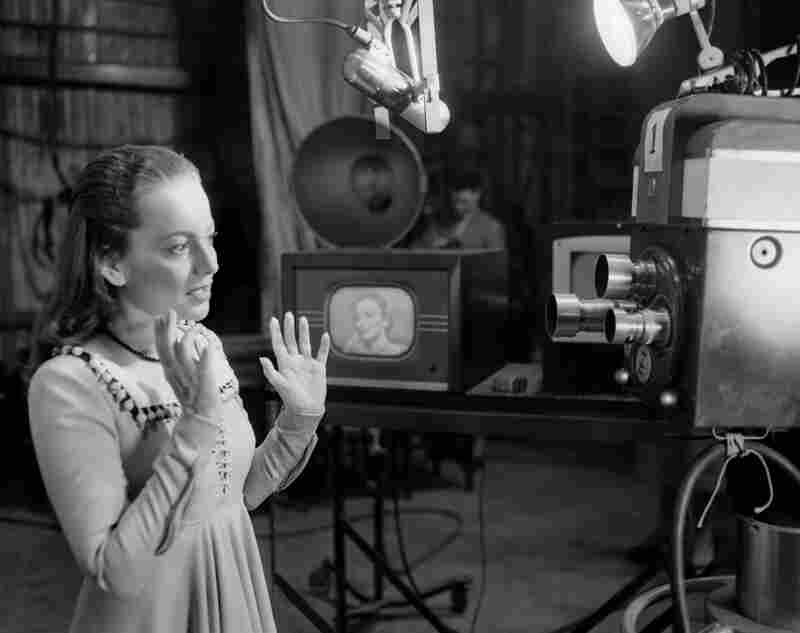 De Havilland rehearses a scene from Romeo and Juliet for a 1951 television broadcast.