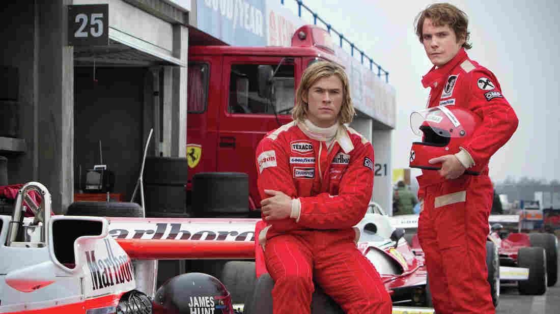 The radically different Formula One racers  James Hunt (Chris Hemsworth, lef