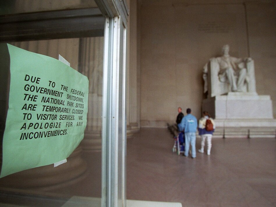 A sign hangs in the window of an information booth at the Lincoln Memorial in December 1995, announcing the temporary closure of the attraction due to the government shutdown. (Mark Wilson/AP)