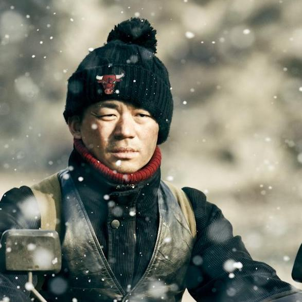 The prologue and second story of the film center on Zhou San (Wang Baoqiang), a man who makes his living on the road.
