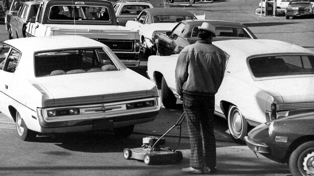 Drivers and a man pushing a lawnmower line up at gas station in San Jose, Calif., in March 1974. (AP)