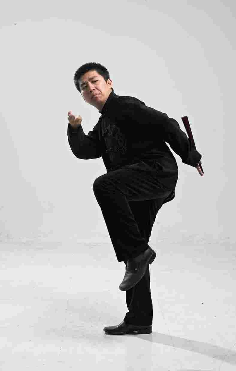 Amateur storyteller Wang Fengchen performs his art in traditional teahouses and on the radio. His repertoire includes Judge Dee murder mysteries. Stories about Judge Dee were told orally by storytellers for centuries until they were finally collected in a novel in the 19th century.