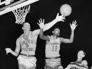 """Syracuse's Earl Lloyd (11) stretches for a ball during the first period of a 1955 NBA basketball playoff game in Indianapolis. Lloyd remembers suiting up for the Washington Capitols 63 years ago as the first black man to play in an NBA game: """"It was a walk in the park."""""""