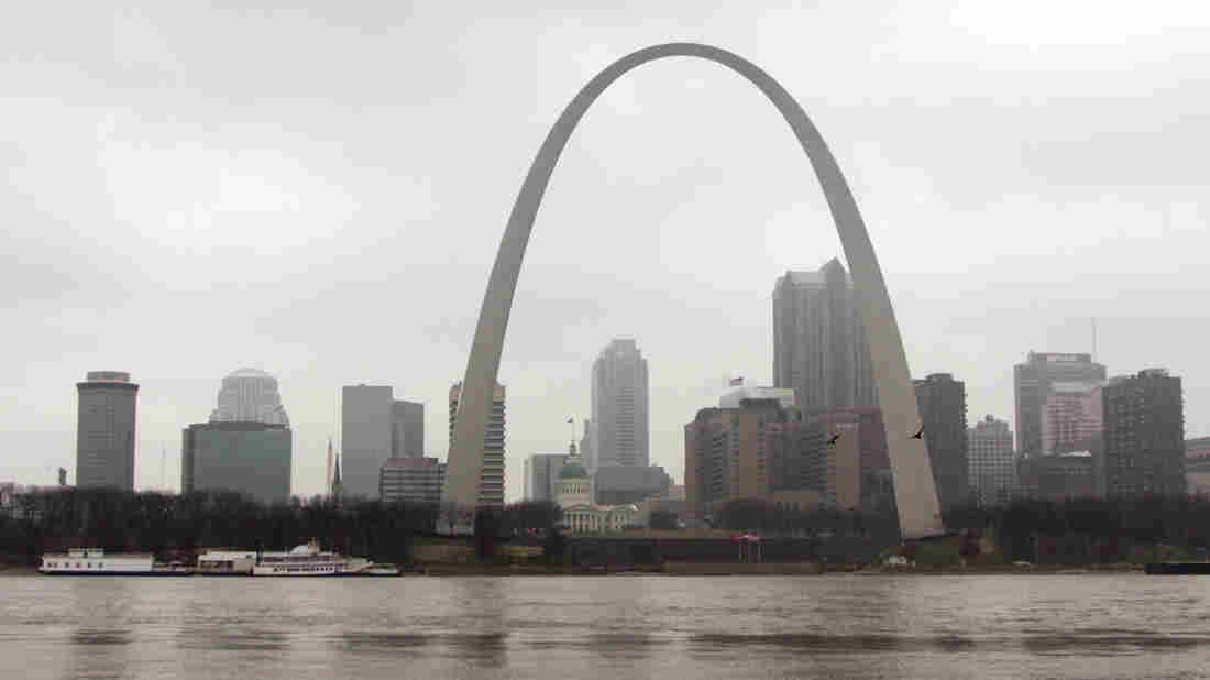 The Gateway arch towers over the St. Louis skyline.