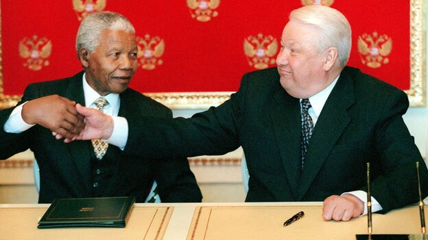 South African President Nelson Mandela and Russian President Boris Yeltsin shake hands in Moscow on April 29, 1999.