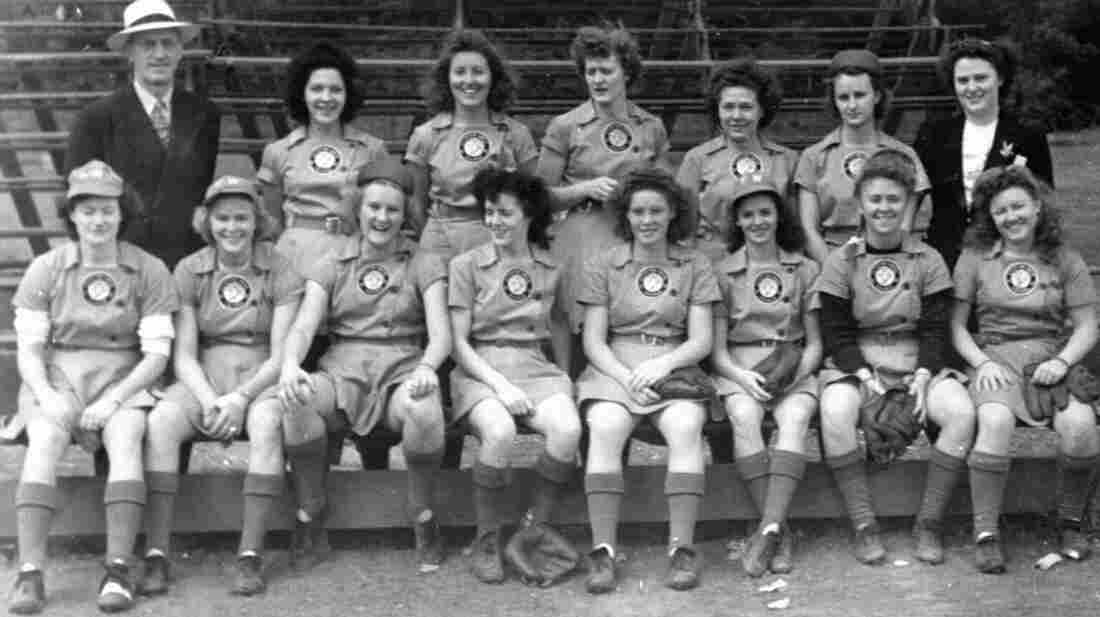"""Lavonne """"Pepper"""" Paire Davis (front row, second from the right) played for the Fort Wayne Daisies in 1945."""