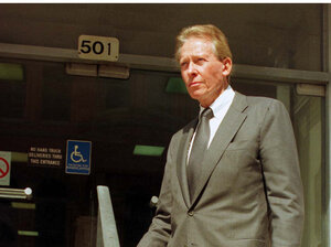 Harold Simmons stands by the Dallas courthouse entrance in October 1997. Simmons, the Texas billionaire, philanthropist and GOP donor, died Saturday in Dallas. He was 82.
