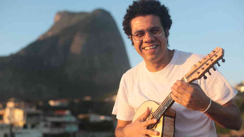 A master of the Brazilian bandolim, Hamilton de Holanda is determined to show the world what the instrument can do.
