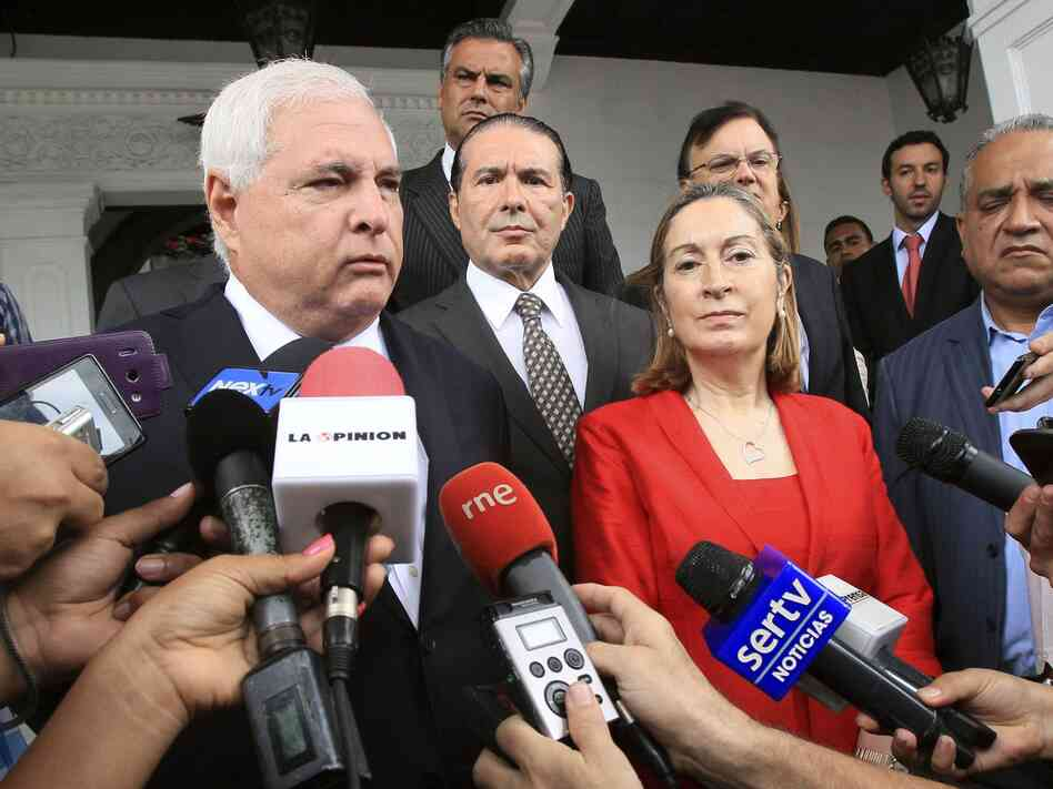 President of Panama, Ricardo Martinelli (left), talks next to Spain's Minister of Public Works and Transport, Ana Pastor, during a new