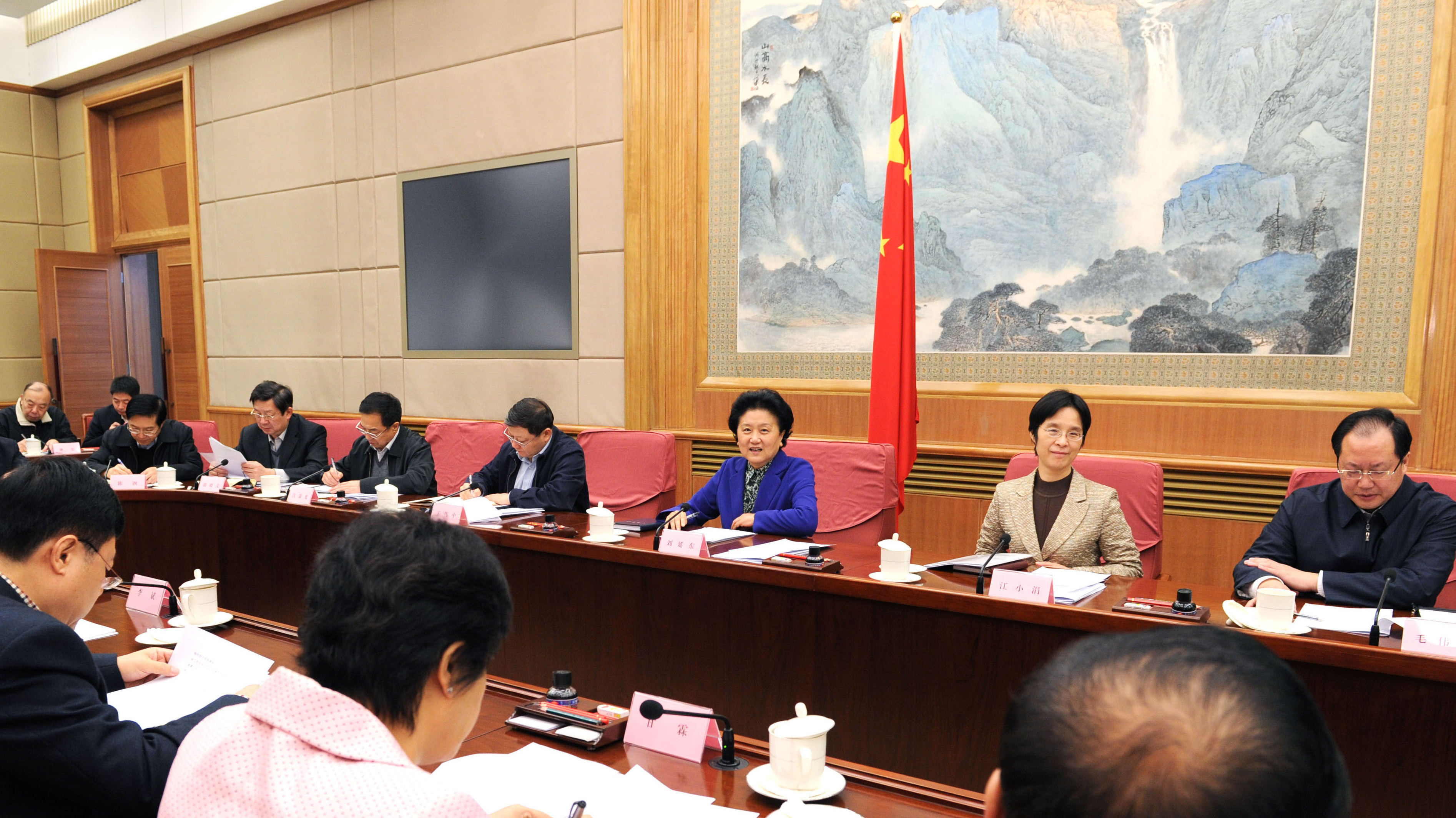 Chinese Vice Premier Liu Yandong (third from right) presides over a meeting Monday in Beijing to discuss the control and prevention of the H7N9 bird flu.