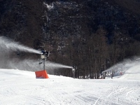 More than 400 snow-making machines are keeping the ski slopes of Sochi covered in snow.