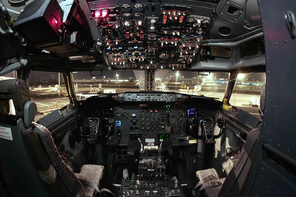 View of the cockpit of a Boeing B737-300.