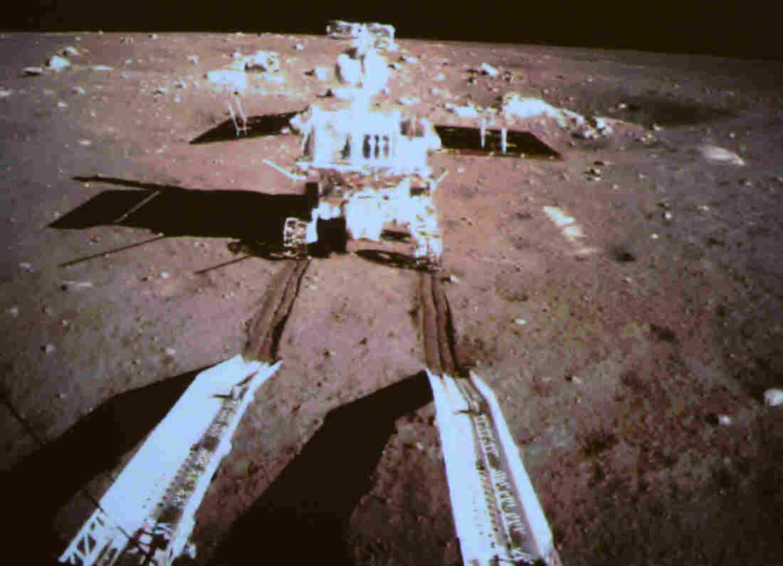 China's first lunar rover separates from the Chang'e-3 moon lander on Dec. 15. This picture was taken from the screen of the Beijing Aerospace Control Center.