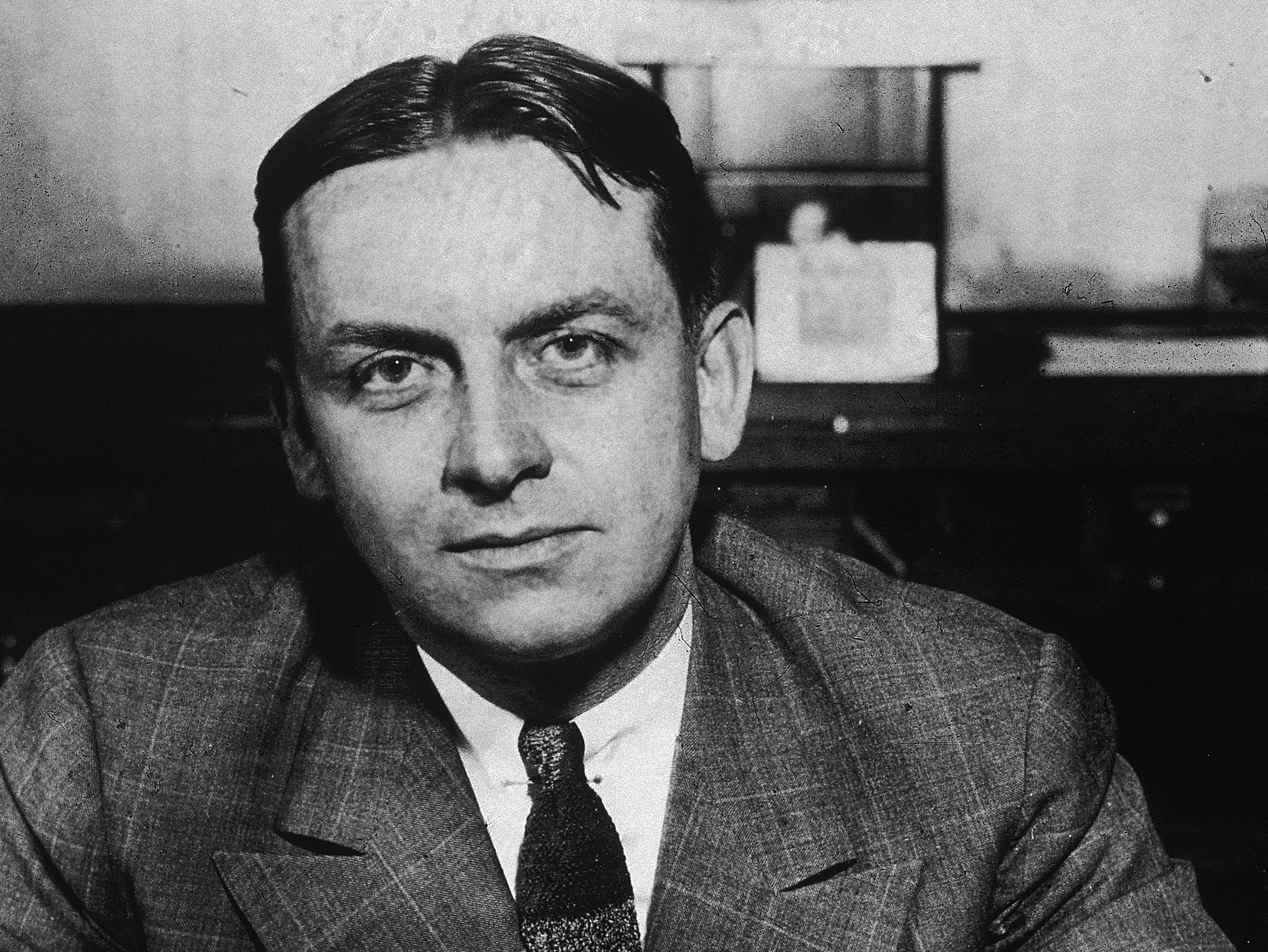 eliot ness and the untouchables Law officer he was the federal bureau of ivestigations lawman who brought gangster al capone to justice born in chicago, illinois, he was educated at the university of chicago, graduating in 1925 with a degree in business and law.