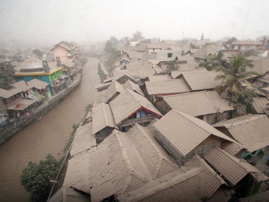 Μια κατοικημένη περιοχή καλύπτεται με τέφρα από το ηφαίστειο Όρος Kelud, σε Γιογκιακάρτα, Ινδονησία, την Παρασκευή.