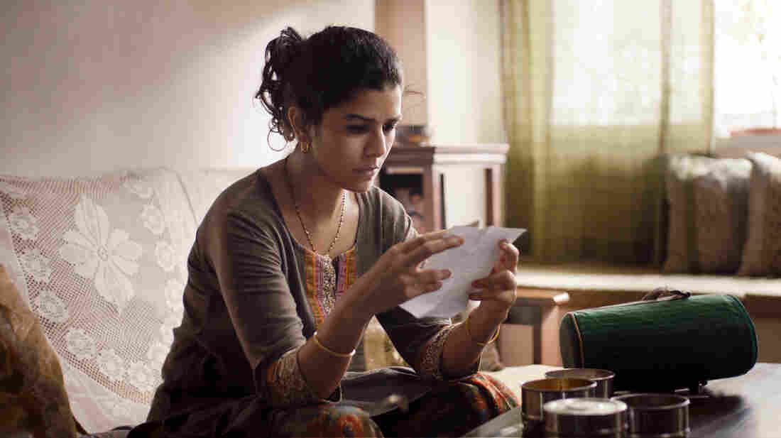 Ila (Nimrat Kaur) is a Mumbai housewife who accidentally begins a correspondence with another man when the lunch she packs for her own husband goes astray.