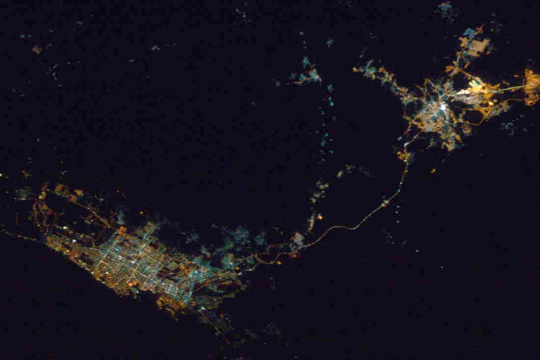 A single highways connects Jiddah, Saudi Arabia on the left with Mecca on the right