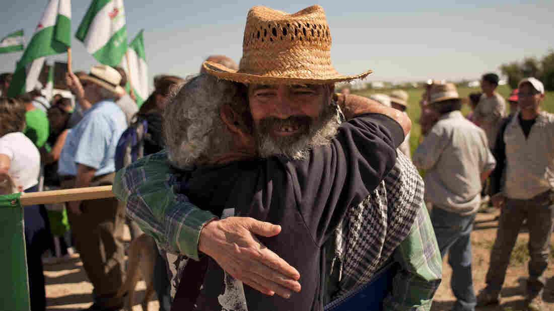 Radical Mayor Sanchez Gordillo objects to agricultural subsidies for the land elite. At a rally, he embraces a unionista who wanted to start