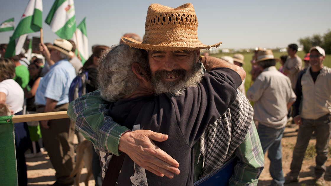 Radical Mayor Sanchez Gordillo objects to agricultural subsidies for the land elite. At a rally, he embraces a unionista who wanted to start a communal agricultural project on military-owned land.