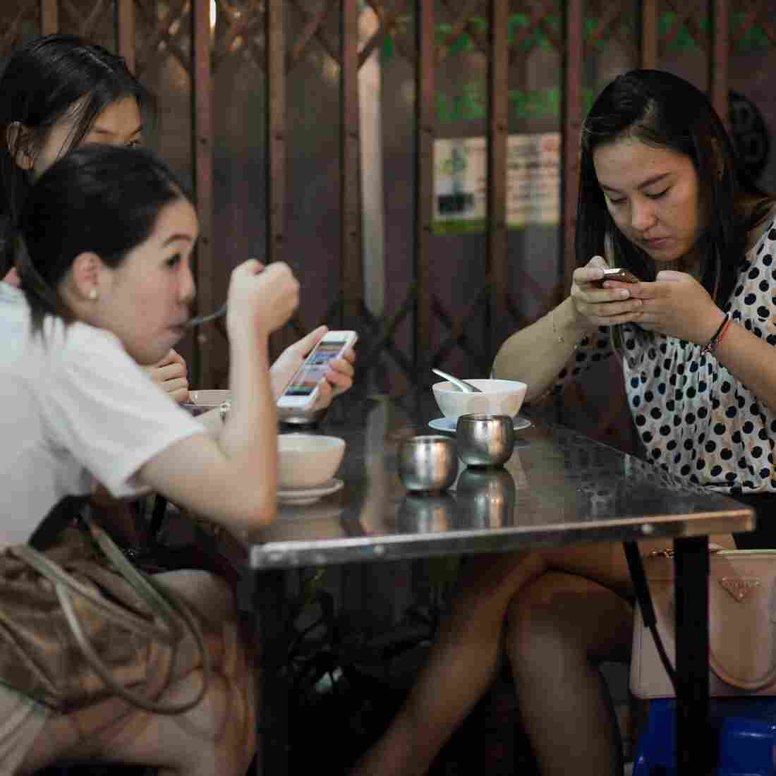 What To Do With Your Smartphone While You're Having Dinner
