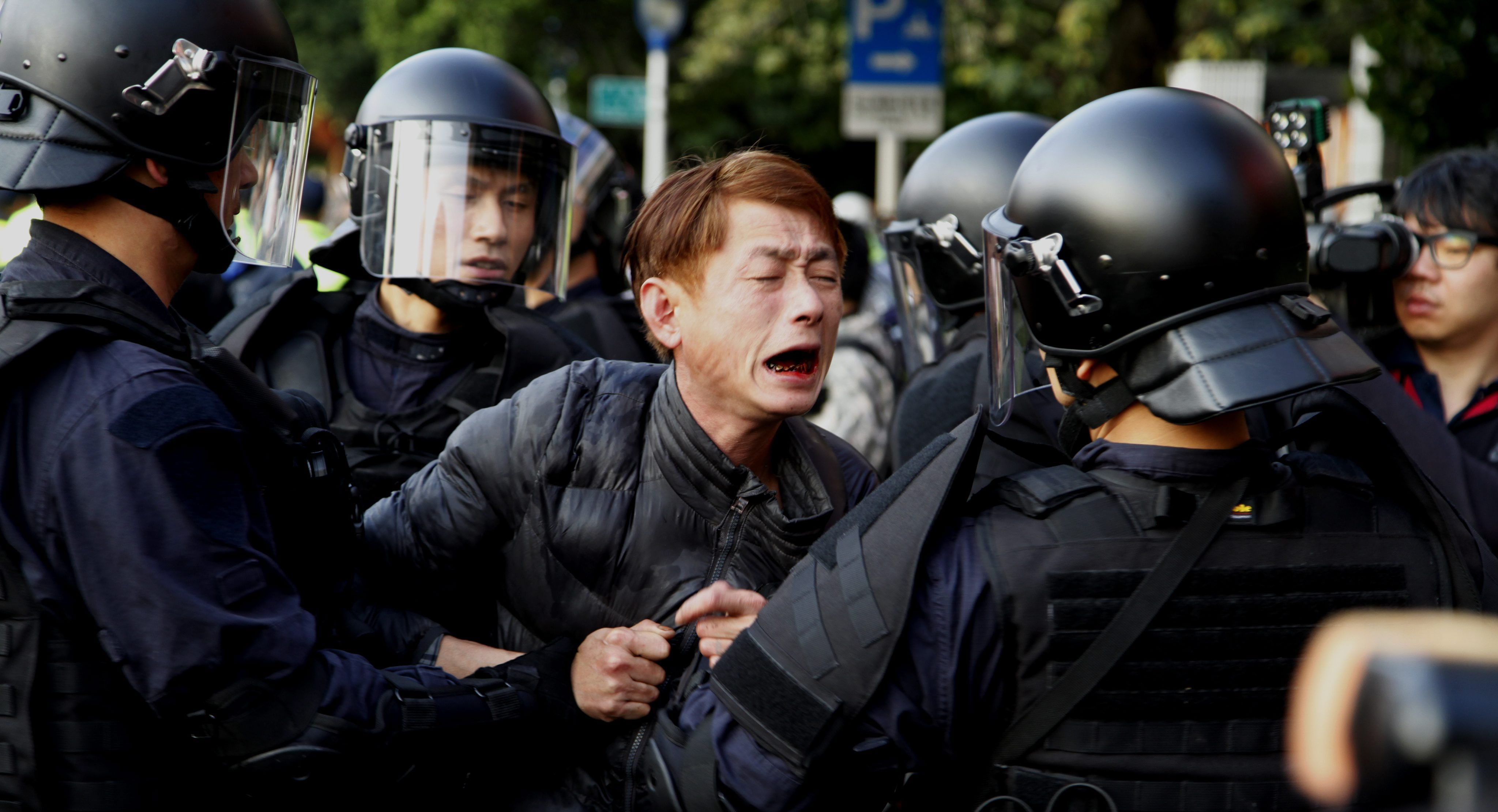 In Taiwan, Police Evict Protesters From Government Building