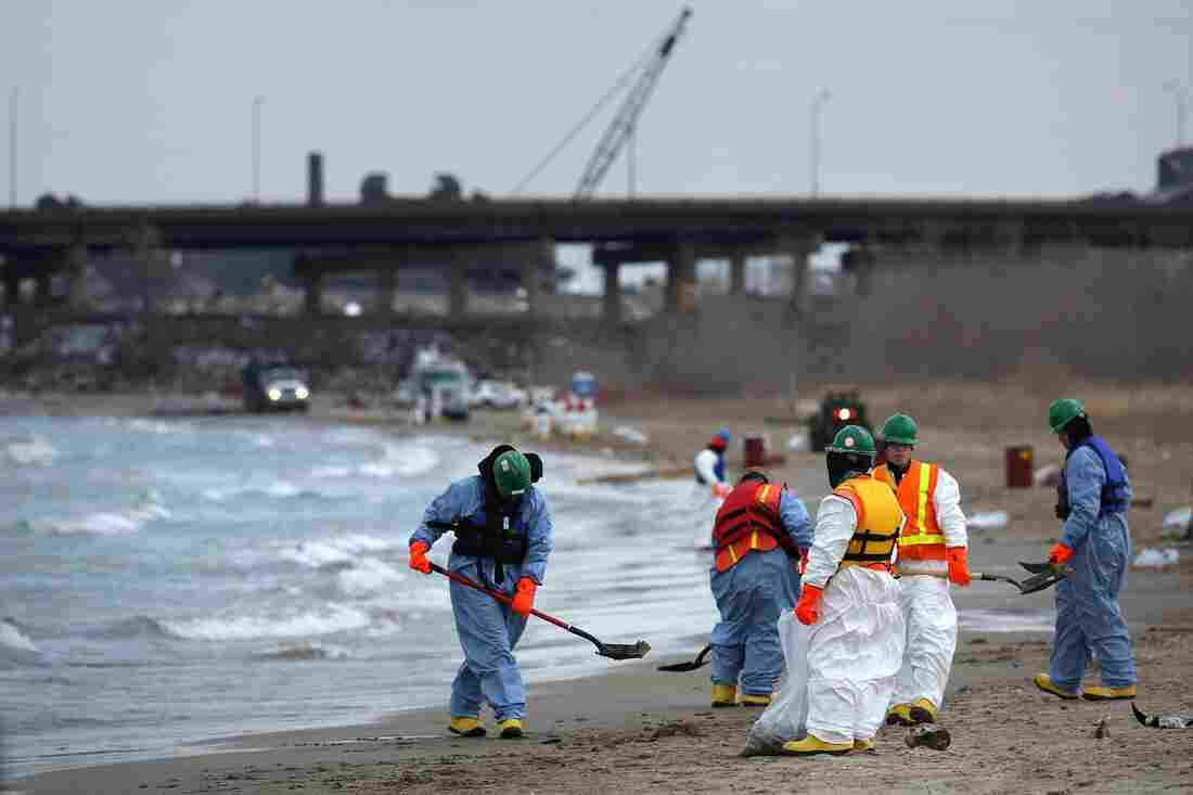 Crews clean up an oil spill along Lake Michigan from the BP Whiting refinery in Whiting, Ind., on Tuesday.