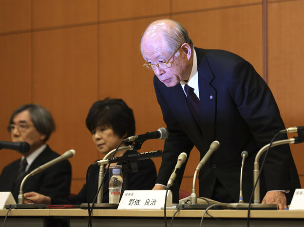 Ryoji Noyori, a Nobel Prize-winning chemist and president of Japan's prestigious RIKEN research institute, bows at a news conference in Tokyo Tuesday to apologize for the scientific miscondu