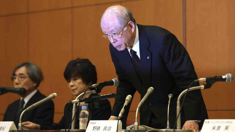 Ryoji Noyori, a Nobel Prize-winning chemist and president of Japan's prestigious RIKEN research institute, bows at a news conference in Tokyo Tuesday to apologize for the scientific misconduct of a RIKEN colleague.