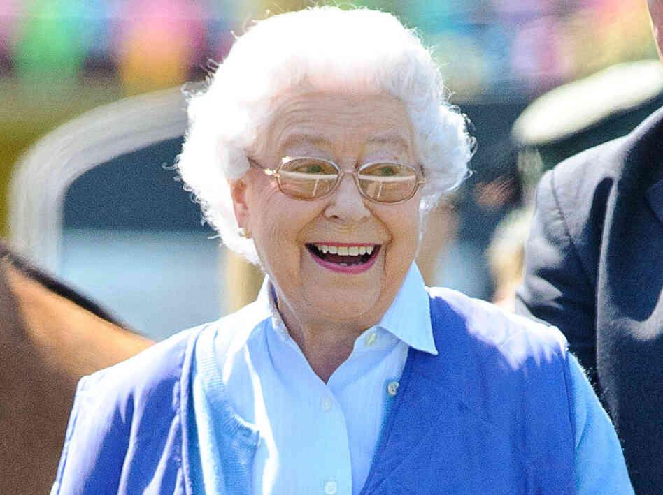 Entirely Real Photos Queen Elizabeth Delightfully Takes