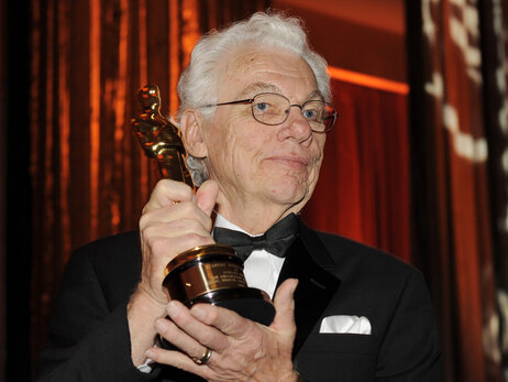 Cinematographer Gordon Willis poses with his honorary Oscar following a 2009 ceremony in Los Angeles.