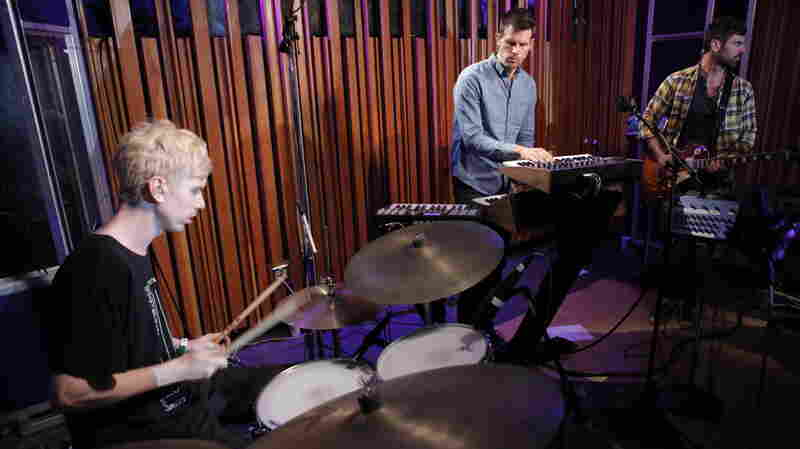 Tycho performs live on KCRW.