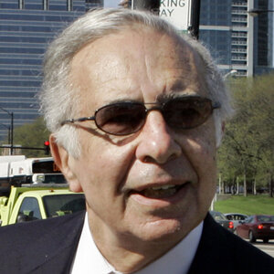 Billionaire financier Carl Icahn is reportedly at the center of an insider trading probe being conducted by the FBI and SEC.