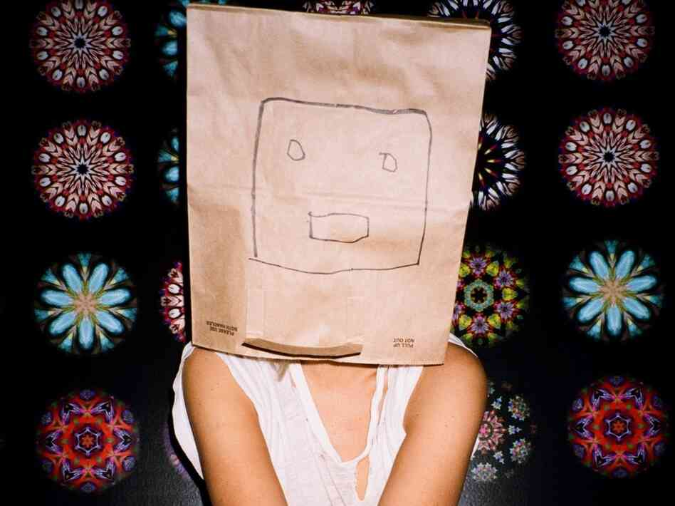 After becoming the kind of star she never wanted to be, Australian pop singer Sia is refusing to show her face.