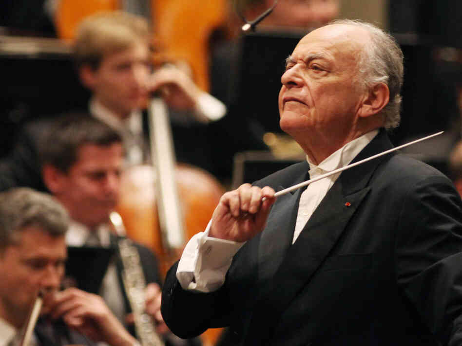 Lorin Maazel conducing the Vienna Philharmonic in March 2010.