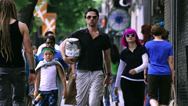 In Wish I Was Here, Braff plays a father who embarks on a chaotic attempt to home-school his kids, Tucker (Pierce Gagnon ) and Grace (Joey King).
