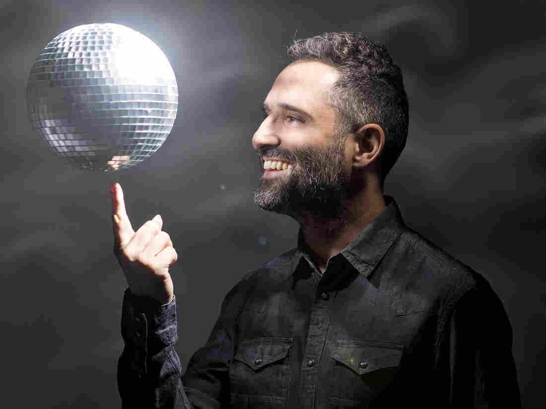 Jorge Drexler's new album, Bailar en la Cueva, ventures into new territory for him: dance rhythms.