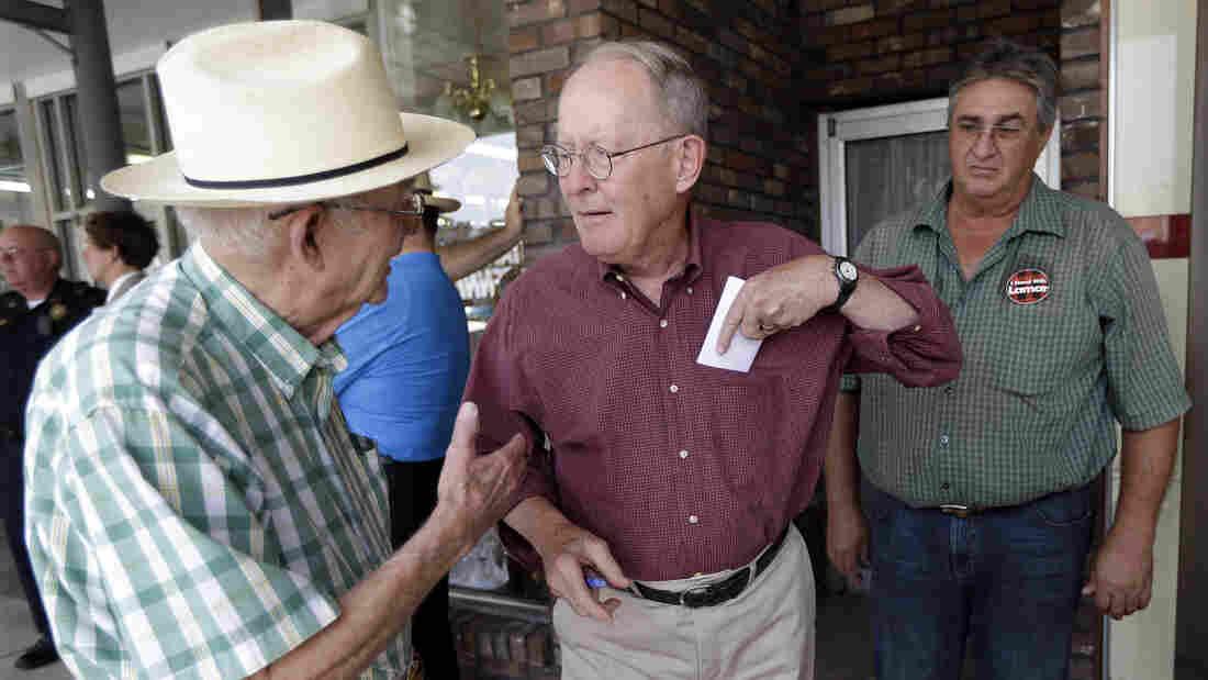 Sen. Lamar Alexander, R-Tenn. (center), talks w