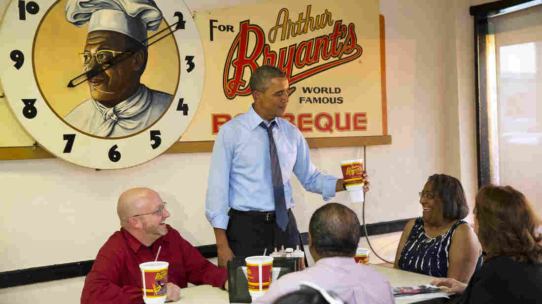 President Obama dines with Victor Fugate (from left), Becky Forrest, Valerie McCaw and Mark Turner in Kansas City, Mo.