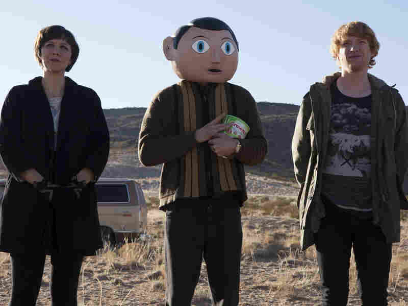 Maggie Gyllenhaal and Domhnall Gleeson star in Frank respectively as Clara, Soronprfbs' theremin player, and Jon, a keyboardist recruited into the band after the band's former keyboardist tries to drown himself.