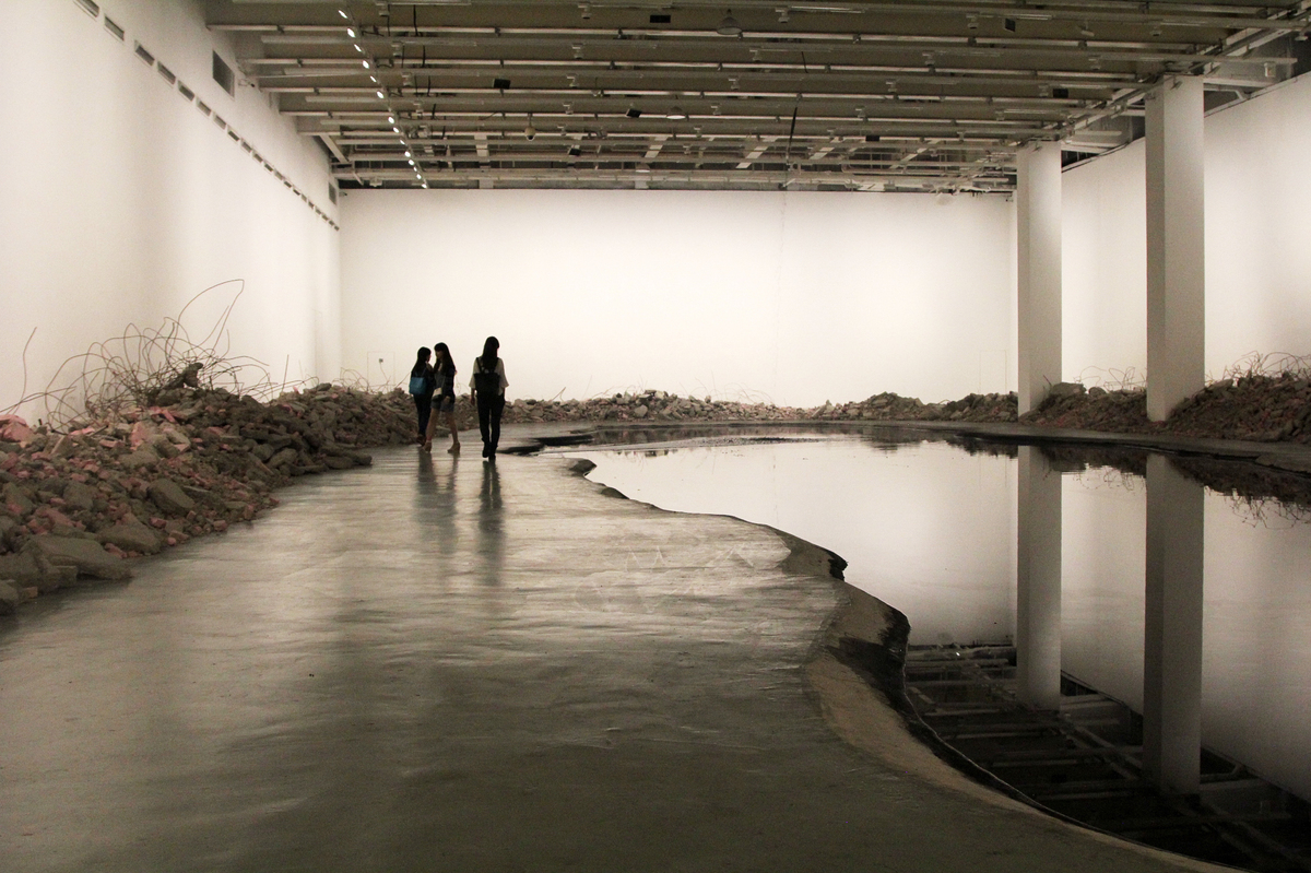 China 39 s pollution crisis inspires an unsettling art for Waterfall installation