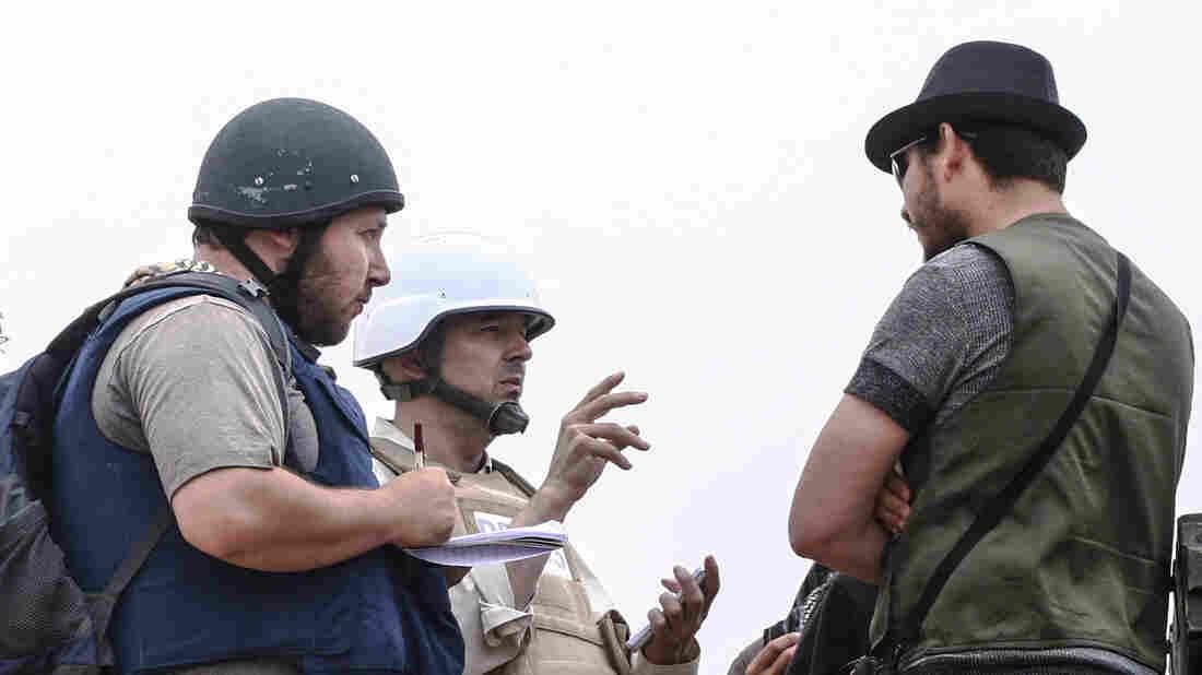 American journalist Steven Sotloff (left) talks with Libyan rebels on the Al Dafniya front line on June 2, 2011, in Misrata, Libya. Sotloff was kidnapped in August 2013 near Aleppo, Syria.