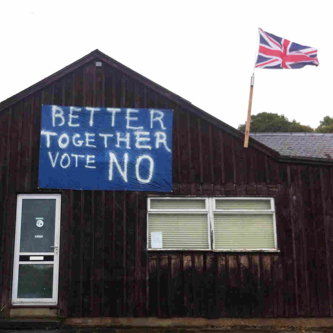 A display along a country road between Perth and Pitlochry urges Scots to stick with the United Kingdom.