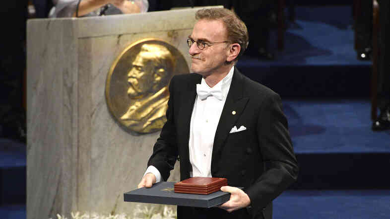 Molecular biologist Randy Sheckman, who shared the 2013 Nobel Prize in physiology or medicine, acknowledges applause after receiving his prize during the ceremony in Stockholm last December.