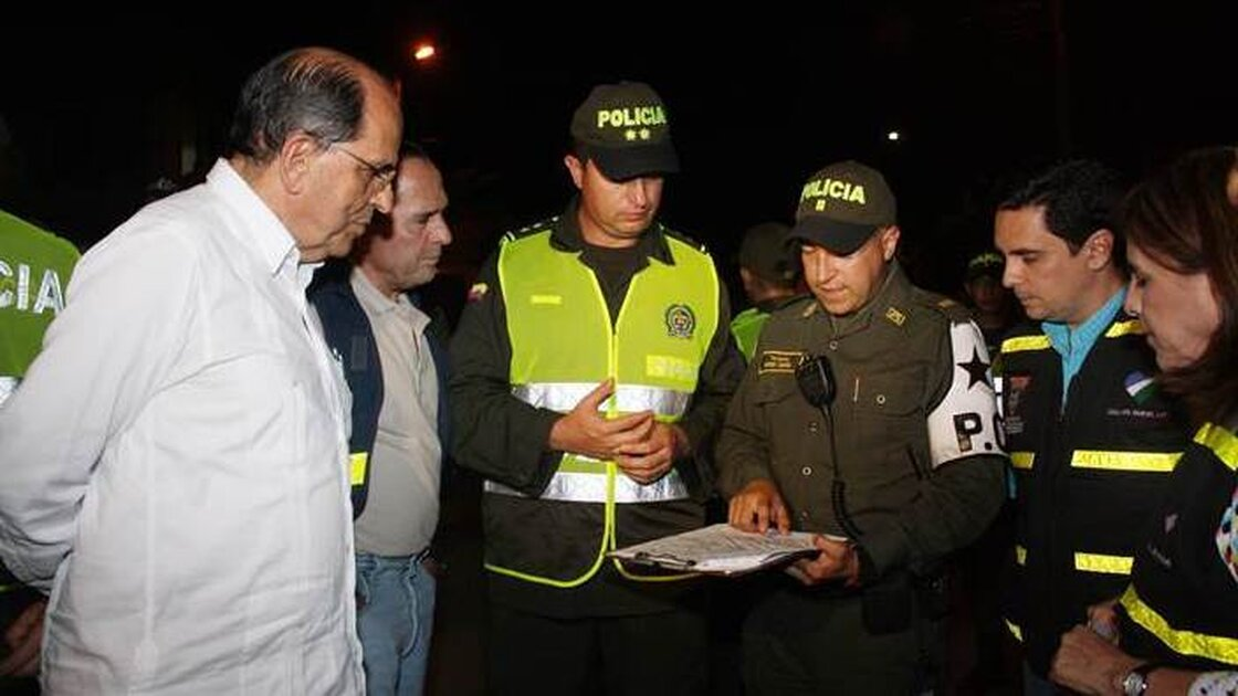 As the mayor of Cali, Colombia, epidemiologist Rodrigo Guerrero (left) meets with the police once a week to review murder statistics.
