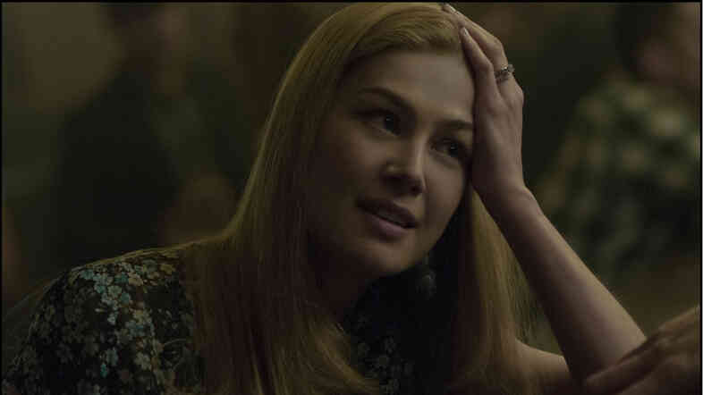Rosamund Pike plays Amy Dunne, whose mysterious disappearance turns her husband into a murder suspect.