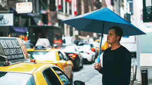 Justin Nagelberg uses the Sa umbrella in New York City. By replacing the metal skeleton with two canopies, the design is lighter and has more headroom.